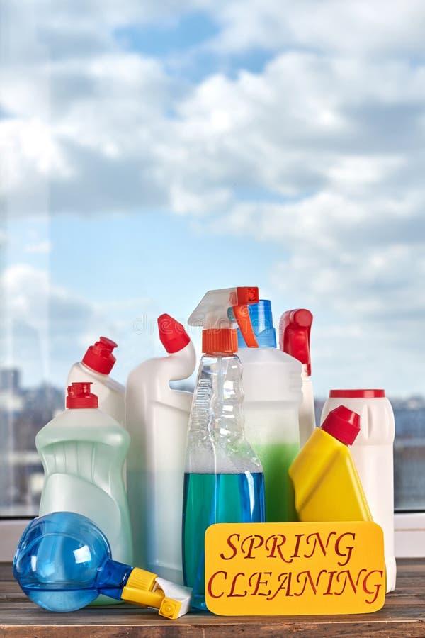 Verscheidenheid van flessen met het schoonmaken van vloeistof stock foto's