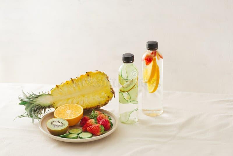 Verscheidenheid van gegoten detox water op wit, gezondheidsconcept royalty-vrije stock foto