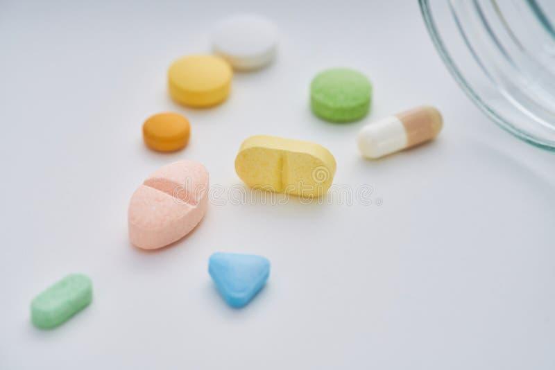 Verscheidenheid van geneesmiddelen en drugs voor algemene behandeling stock foto's