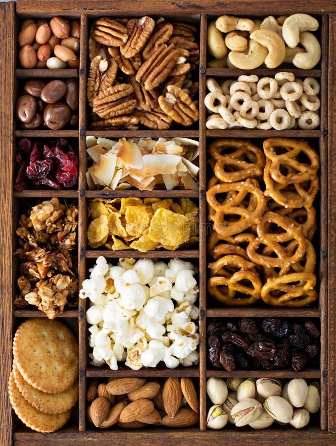 Verscheidenheid van gezonde boven geschotene snacks stock fotografie