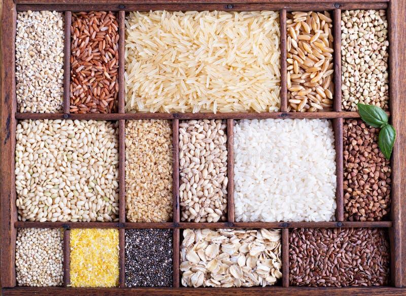 Verscheidenheid van gezonde korrels en zaden stock foto