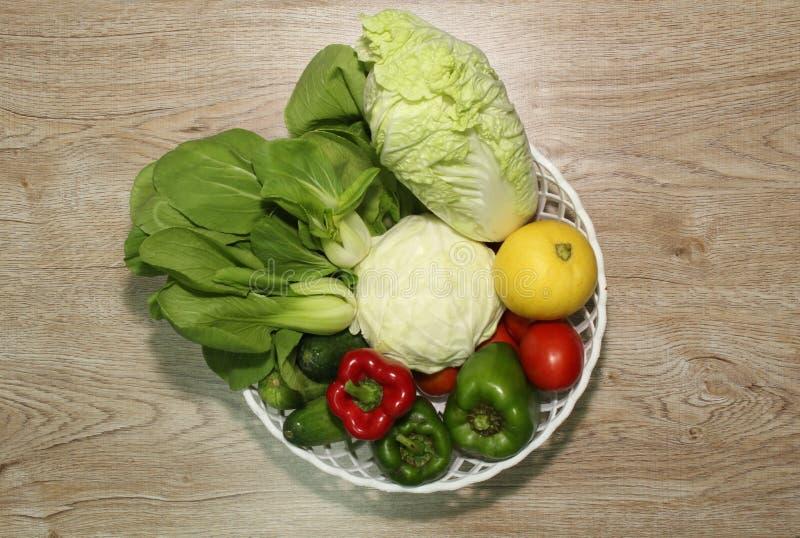 Verscheidenheid van groenten op een houten geïllustreerde raadsachtergrond en een mooie spar, royalty-vrije stock foto's