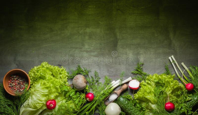 Verscheidenheid van groenten op een zwarte houten lijst Het stilleven van de lente royalty-vrije stock afbeeldingen