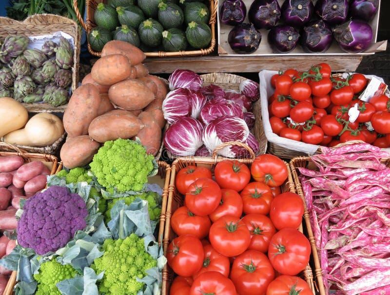 Verscheidenheid van groenten: tomaten; artisjokken; zuccine; aardappels stock foto