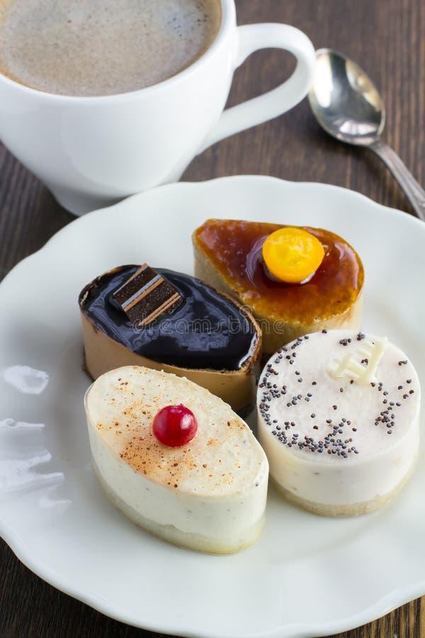 Verscheidenheid van heerlijke minicakes op een plaat royalty-vrije stock foto's