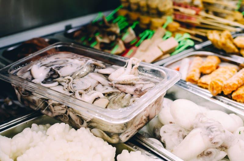 Verscheidenheid van ingrediënten en drank bij een stoombootrestaurant op gezond het eten Aziatisch concept stock foto