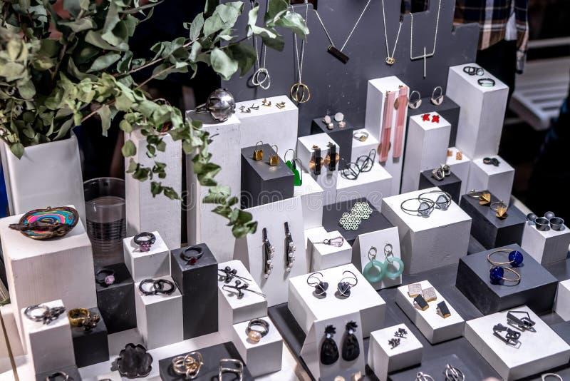Verscheidenheid van juwelen in opslag ringen, armbanden, oorringen en halsbanden op tribunes voor verkoop royalty-vrije stock afbeelding