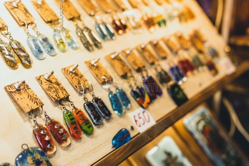 Verscheidenheid van juwelen in opslag ringen, armbanden, oorringen en halsbanden op tribunes voor verkoop royalty-vrije stock foto