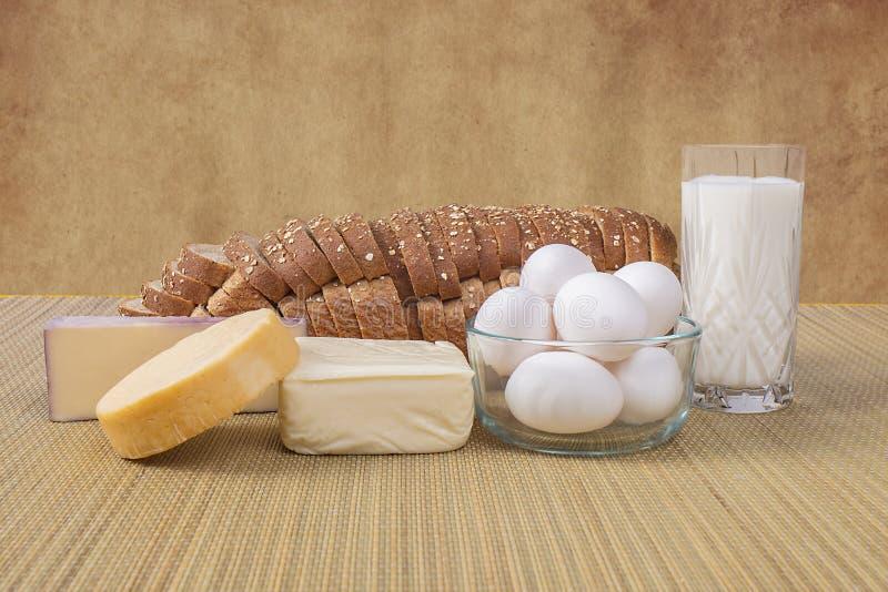 Verscheidenheid van Kazen, Brood, Melk en Eieren royalty-vrije stock fotografie
