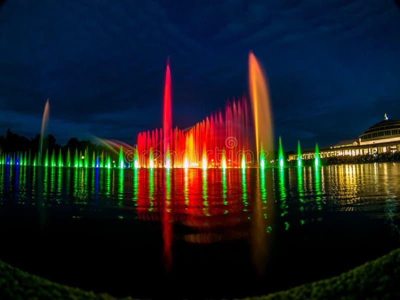 Verscheidenheid van kleuren van de zingende fontein in Wroclaw stock foto
