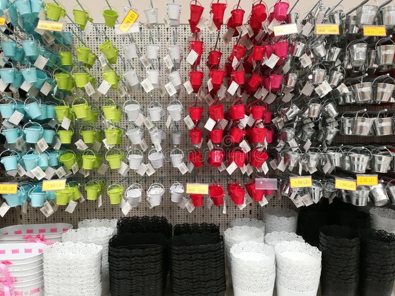 Verscheidenheid van kleurrijke potten voor verkoop in de supermarkt stock afbeeldingen