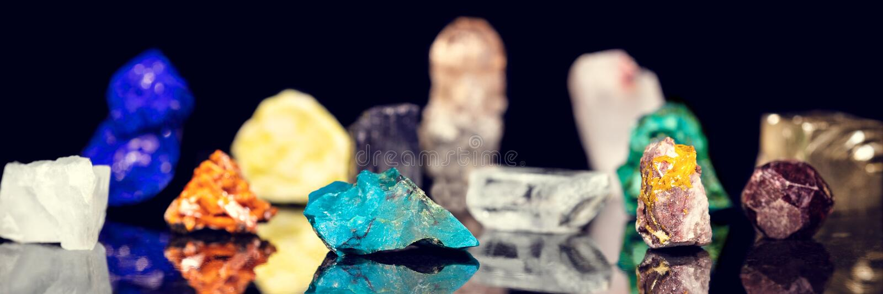 Verscheidenheid van kleurrijke ruwe minerale halfedelstenen voor zwarte bedelaars royalty-vrije stock foto's