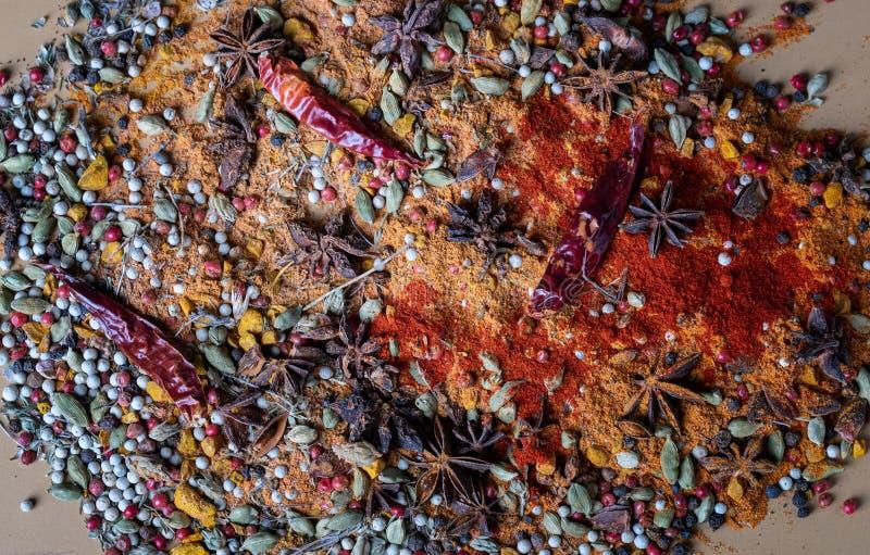 Verscheidenheid van kruiden en kruiden van exotische Indische kleuren, op de keukenlijst stock foto's
