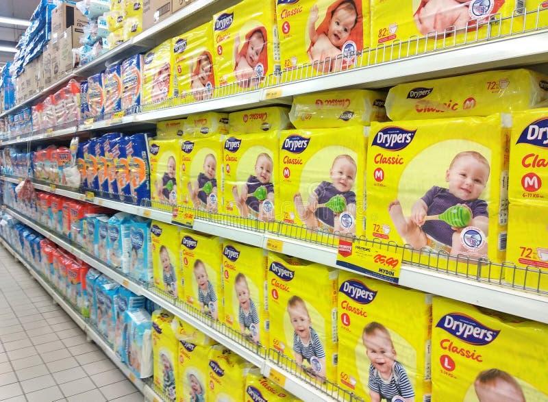 Verscheidenheid van luiers die op het rek voor verkoop in grote supermarkten wordt getoond stock afbeeldingen