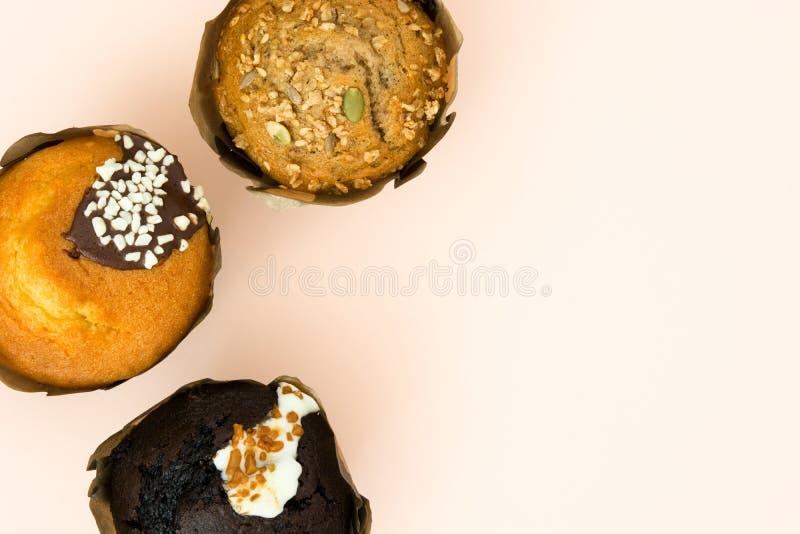 Verscheidenheid van muffins op bruine achtergrond royalty-vrije stock foto