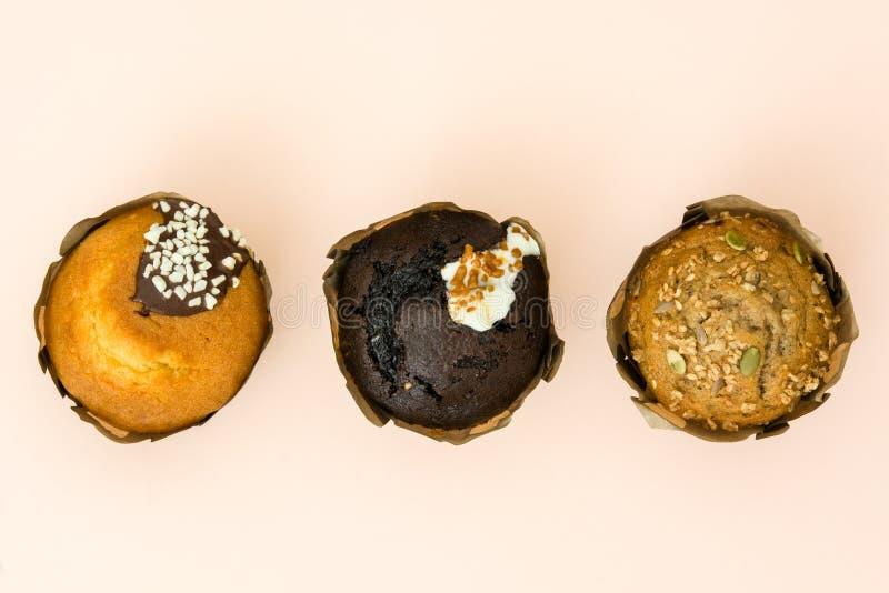 Verscheidenheid van muffins op bruine achtergrond royalty-vrije stock afbeelding
