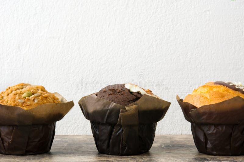 Verscheidenheid van muffins op een houten lijst stock foto