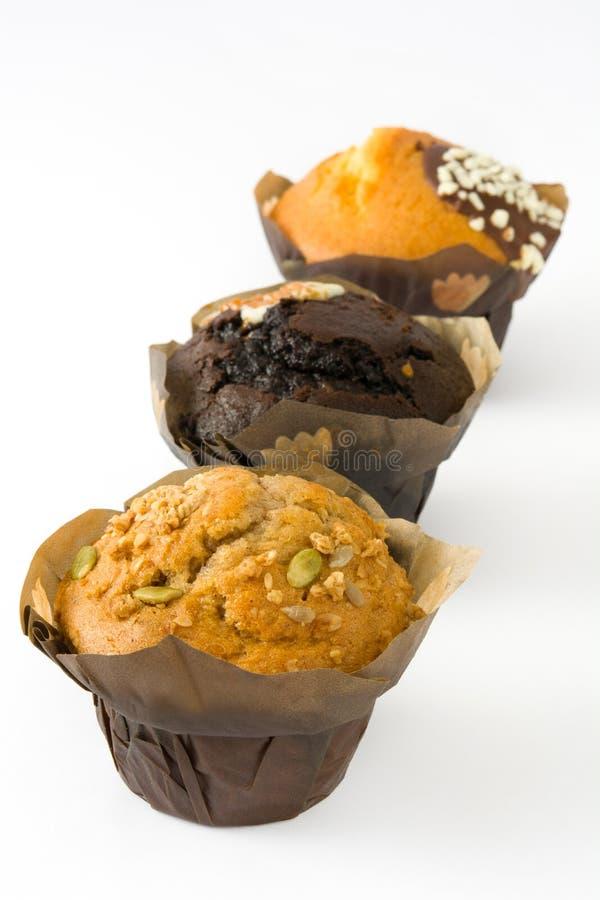 Verscheidenheid van muffins op witte achtergrond wordt geïsoleerd die stock fotografie