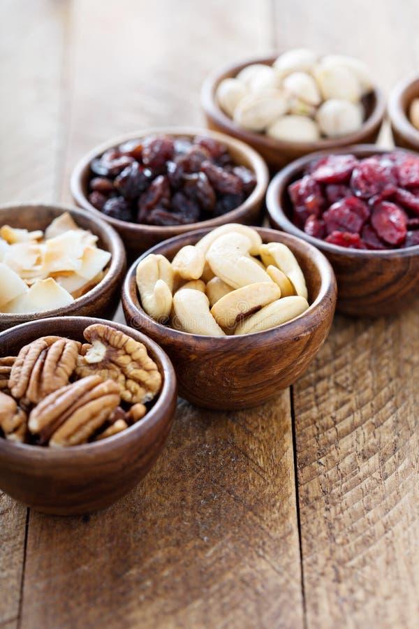 Verscheidenheid van noten en droge vruchten in kleine kommen royalty-vrije stock foto