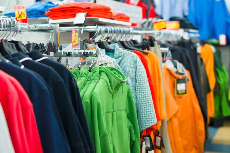 Verscheidenheid van overhemden, t-shirts en sweaters royalty-vrije stock foto's