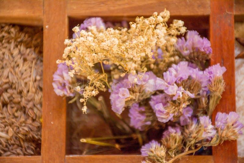 Verscheidenheid van specerijen en smaakstoffen in de houten doos royalty-vrije stock afbeeldingen
