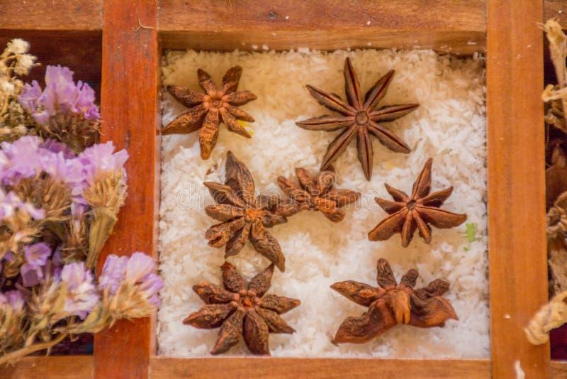Verscheidenheid van specerijen en smaakstoffen in de houten doos royalty-vrije stock afbeelding