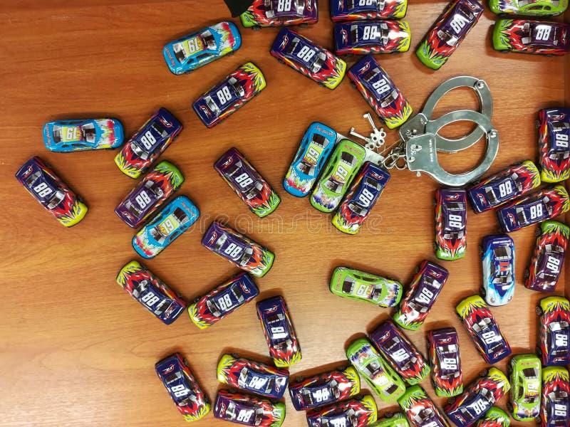 Verscheidenheid van speelgoed bij Jumboopslag - stuk speelgoed auto's en handcuffs stock fotografie