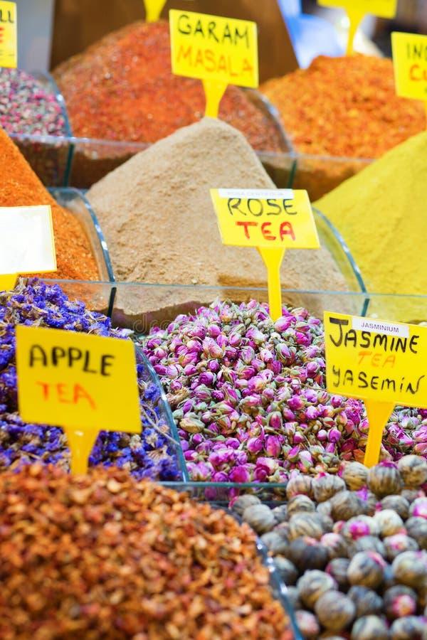 Verscheidenheid van thee op de kruidmarkt royalty-vrije stock afbeeldingen