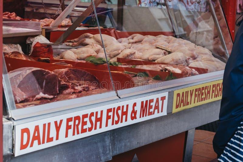 Verscheidenheid van vers vlees op verkoop in Brixton Market, Londen, het UK stock afbeeldingen