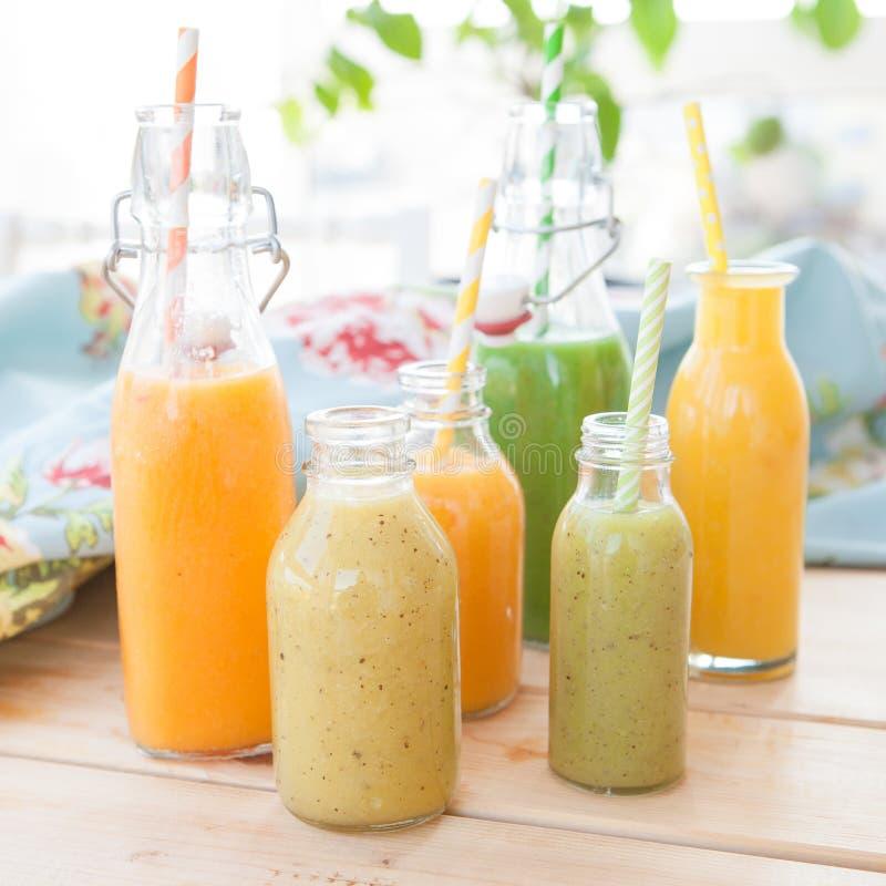 Verscheidenheid van verse smoothies stock fotografie