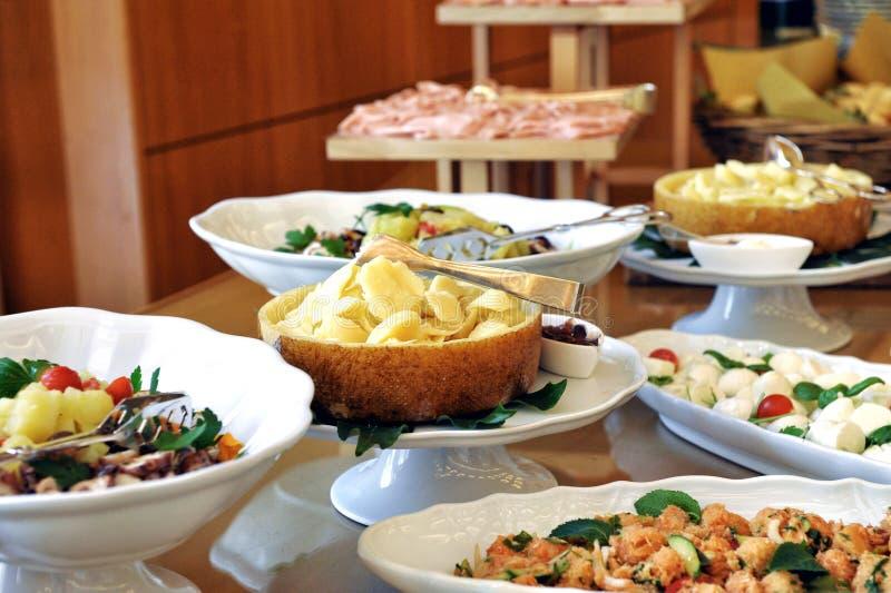 Verscheidenheid van vlees, vissen en bijgerechten op een buffet stock fotografie