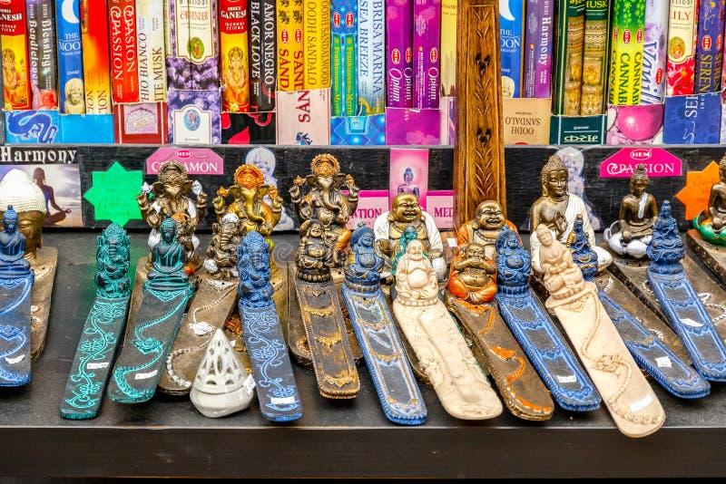 Verscheidenheid van wierookhouders op vertoning in Camden Market in Londen stock foto
