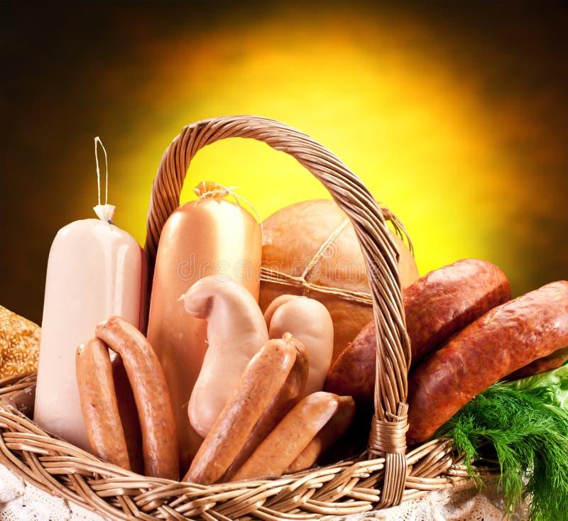 Verscheidenheid van worstproducten in mand. stock afbeeldingen