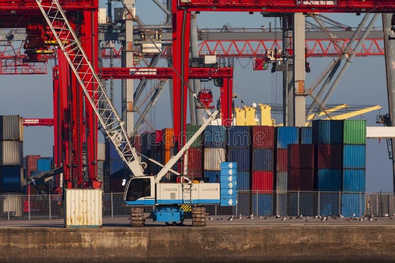 Verschepende containers en kranen bij de Haven van Lissabon stock foto