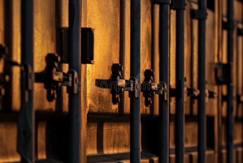 Verschepende containers op een rij bij zonsondergang stock foto
