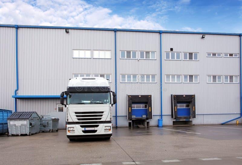Verschepende ladingsvrachtwagen bij de pakhuisbouw royalty-vrije stock foto