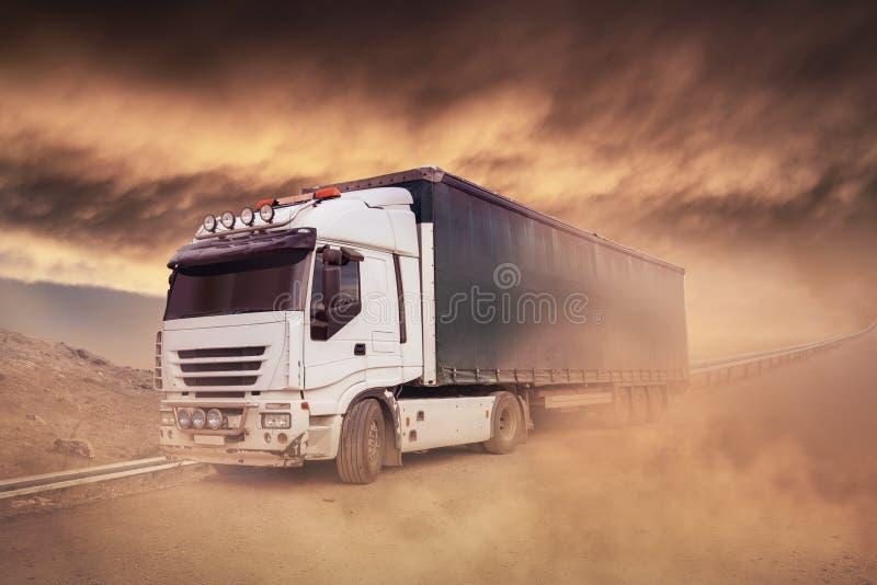 Verschepende Vrachtwagen op de weg die, Vrachtvervoer ruilen royalty-vrije stock foto
