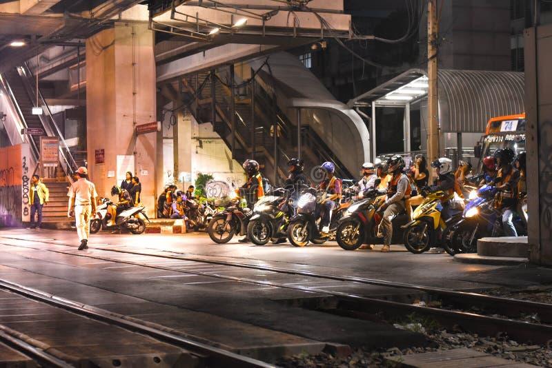 Verschieden vom Motorradhalt an der Ampel, die auf den Zugdurchlauf in Bangkok Thailand wartet lizenzfreie stockfotografie