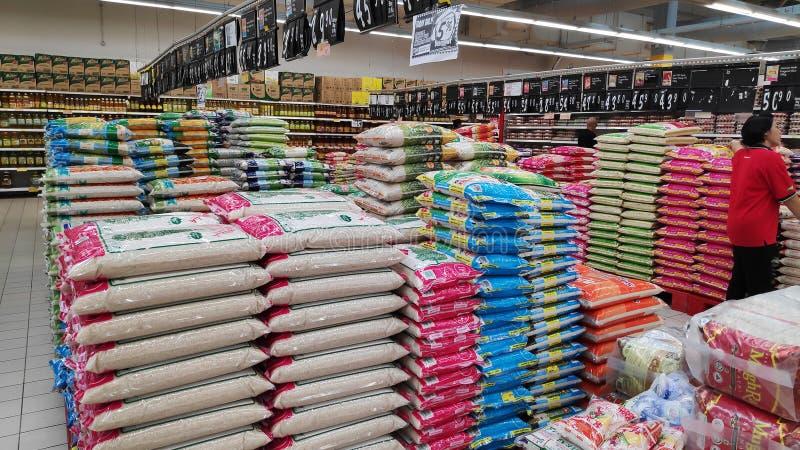 Verschieden von den Marken des Reises verkauft im Speicher in Johor Bahru, Malaysia lizenzfreie stockbilder