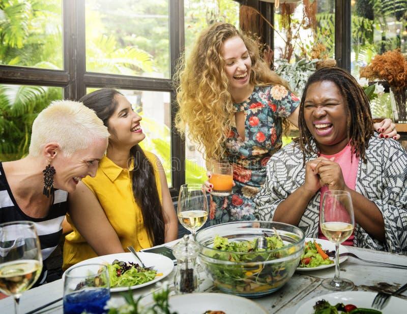 Verschiedenartigkeits-Frauen-Gruppe, die Konzept zusammen essend hängt lizenzfreie stockfotografie