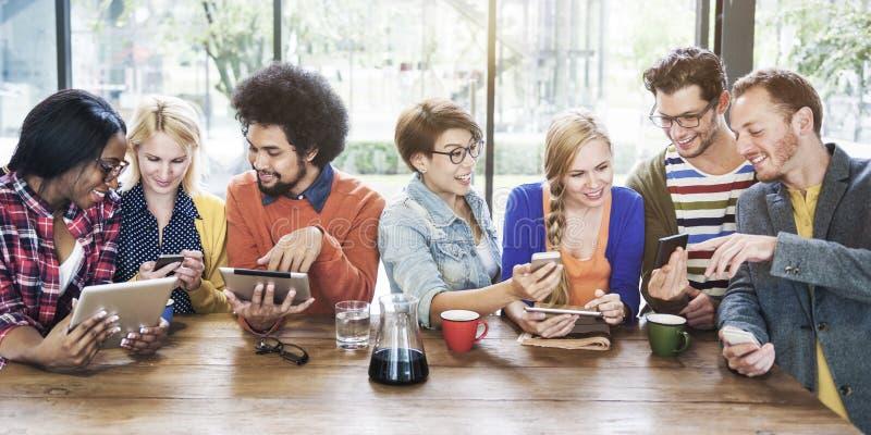 Verschiedenartigkeits-Leute, die entspannende Verbindungs-Kommunikation Conce treffen lizenzfreie stockfotografie