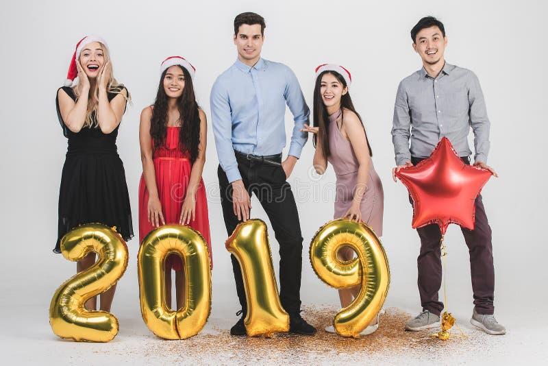 Verschiedenartigkeitsleute celabrate neues Jahr 2019 stockbild