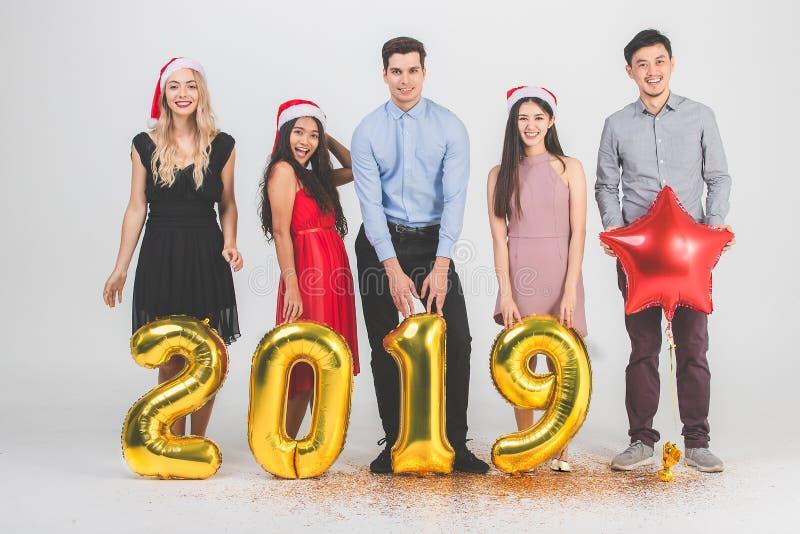 Verschiedenartigkeitsleute celabrate neues Jahr 2019 stockfoto