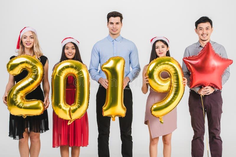 Verschiedenartigkeitsleute celabrate neues Jahr 2019 stockfotografie