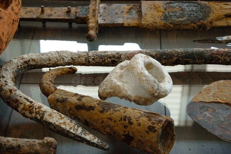 Verschiedene alte Archäologiewerkzeuge/-gegenstände stockfotografie