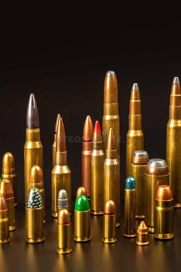 Verschiedene Arten der Munition auf einem schwarzen Hintergrund Verkauf von Waffen und von Munition Das ri lizenzfreies stockfoto