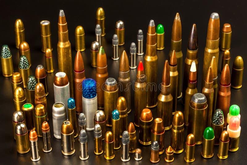 Verschiedene Arten der Munition auf einem schwarzen Hintergrund Verkauf von Waffen und von Munition Das ri lizenzfreies stockbild