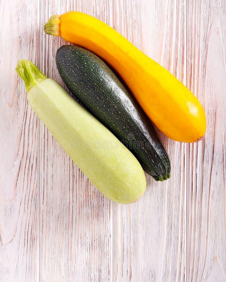 Verschiedene Arten der Zucchini lizenzfreie stockfotografie