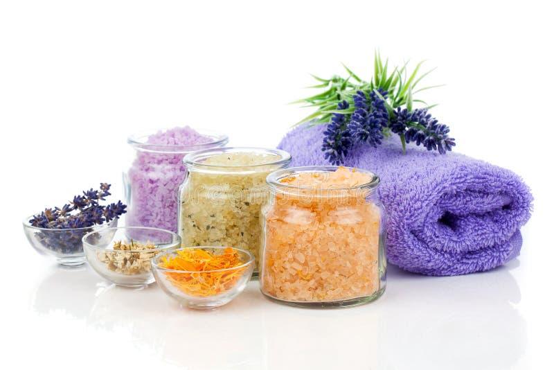 verschiedene Arten des Badesalzes mit Blumen lizenzfreies stockbild