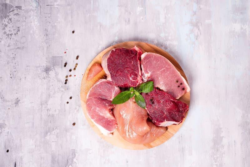 Verschiedene Arten des Fleisches auf einem hölzernen Brett Magere Proteine lizenzfreies stockfoto